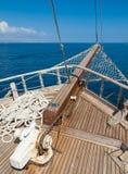 与后边海的船弓 免版税图库摄影