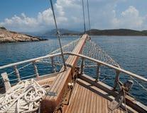 与后边海的船弓 免版税库存照片