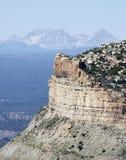 与后边高山峰顶的火被烧焦的Mesa Verde 免版税库存图片