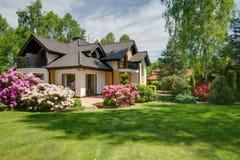 与后院的典雅的新的别墅 免版税库存照片