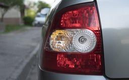 与后面光的汽车后部在stree与一白天 背后照明 免版税图库摄影