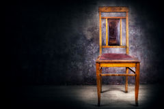 与后面的古色古香的椅子 库存图片