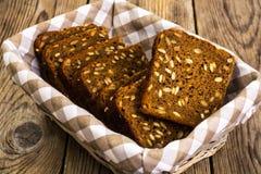 与向日葵正方形形状种子的新鲜的黑麦面包  库存图片