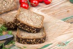 与向日葵种子和可口新鲜蔬菜的全麦面包 库存照片