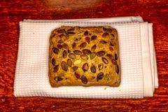 与向日葵种子的小圆面包在木 免版税库存图片