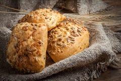 与向日葵种子的新鲜的小圆面包 库存图片