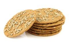 与向日葵种子的被堆积的酥脆被拼写的薄脆饼干 免版税库存图片