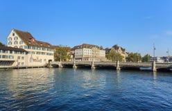与吕多尔夫Brun桥梁的苏黎世都市风景 免版税图库摄影