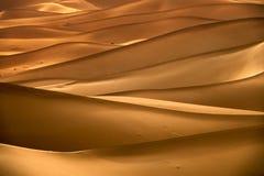 与含沙沙丘的背景在沙漠 免版税库存照片