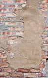 与含沙补丁程序的砖墙 免版税图库摄影