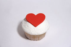与听见的甜乳香树脂杯形蛋糕在白色 免版税库存照片