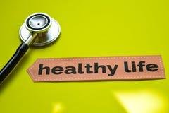 与听诊器概念启发的特写镜头健康生活在黄色背景 库存图片