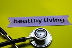 与听诊器概念启发的特写镜头健康生活在黄色背景 图库摄影