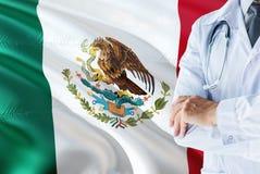 与听诊器的墨西哥医生身分在墨西哥旗子背景 全国卫生保健系统概念,医疗题材 免版税库存照片