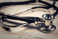 与听诊器的病历形式 免版税库存图片