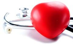 与听诊器的红色心脏:健康强的医疗概念 库存图片