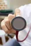与听诊器的身体检查 免版税库存照片