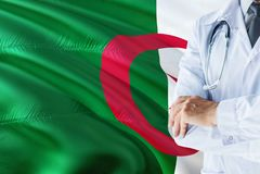 与听诊器的阿尔及利亚的医生身分在阿尔及利亚旗子背景 全国卫生保健系统概念,医疗题材 免版税图库摄影