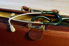 与听诊器的医生袋子 库存图片