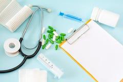 与听诊器的医疗概念性图片,药片,射入,纱,收口膏药,瓶,空的剪贴板板料 免版税库存图片