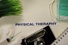 与启发和医疗保健/医疗概念的物理Theraphy在书桌背景 库存图片