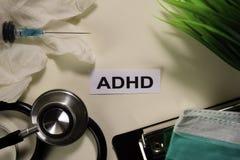 与启发和医疗保健/医疗概念的ADHD在书桌背景 免版税库存图片
