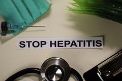 与启发的中止肝炎和医疗保健/医疗概念在书桌背景 免版税库存图片