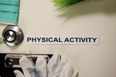 与启发的体育活动和医疗保健/医疗概念在书桌背景 库存图片