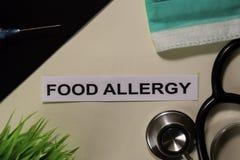 与启发的食物过敏和医疗保健/医疗概念在书桌背景 免版税库存照片