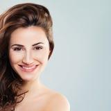 与吹的头发的微笑的妇女时装模特儿 免版税库存图片