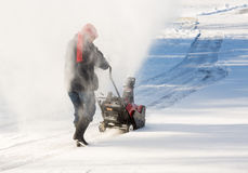 与吹雪机的资深妇女清洁驱动 免版税库存照片