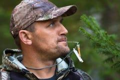 与呼叫的猎人请求淡褐松鸡 免版税图库摄影