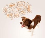 与咆哮泡影的逗人喜爱的狗 免版税库存图片