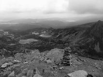 与和从七个Rila湖的顶端黑看法- Sapareva 免版税库存照片