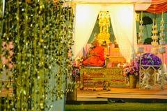 与和尚的Magha Puja天在黎明寺寺庙讲道了在晚上 曼谷泰国 库存图片