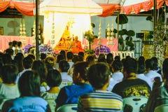 与和尚的Magha Puja天在黎明寺寺庙讲道了在晚上 曼谷泰国 免版税库存照片