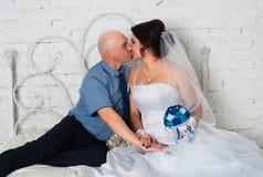 与和播放婚礼礼服结婚的年轻夫妇婚礼乐队和非常愉快 免版税图库摄影