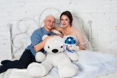 与和播放婚礼礼服结婚的年轻夫妇婚礼乐队和非常愉快 库存照片
