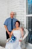 与和播放婚礼礼服结婚的年轻夫妇婚礼乐队和非常愉快 图库摄影