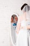 与和播放婚礼礼服结婚的年轻夫妇婚礼乐队和非常愉快 库存图片