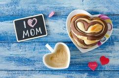与咖啡和小圆面包心脏的早餐 信件我爱妈妈 免版税图库摄影