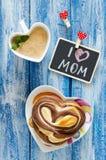 与咖啡和小圆面包心脏的早餐 信件我爱妈妈 图库摄影