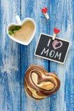 与咖啡和小圆面包心脏的早餐 信件我爱妈妈 库存图片
