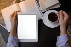 与咖啡和laptope一起使用 免版税库存图片