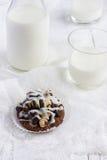 与咖啡奶油、坚果和结冰的巧克力曲奇饼 库存图片