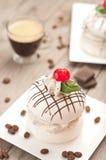 与咖啡奶油的蛋白甜饼 免版税图库摄影