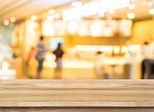 与咖啡店迷离的空的木台式有bokeh背景 免版税库存图片