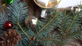 与咖啡杯、玩具和松树的圣诞装饰在白色木桌上 股票录像