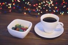 与咖啡杯和一碗的静物画糖果 免版税库存图片