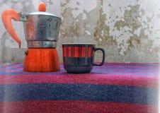 与咖啡杯和水壶的土气风景 免版税库存照片